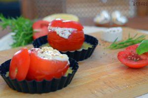 Tomate mit Ziegenkäse überbacken und zitronierter Buttersauce – Pommes d'amour au chèvre chaud